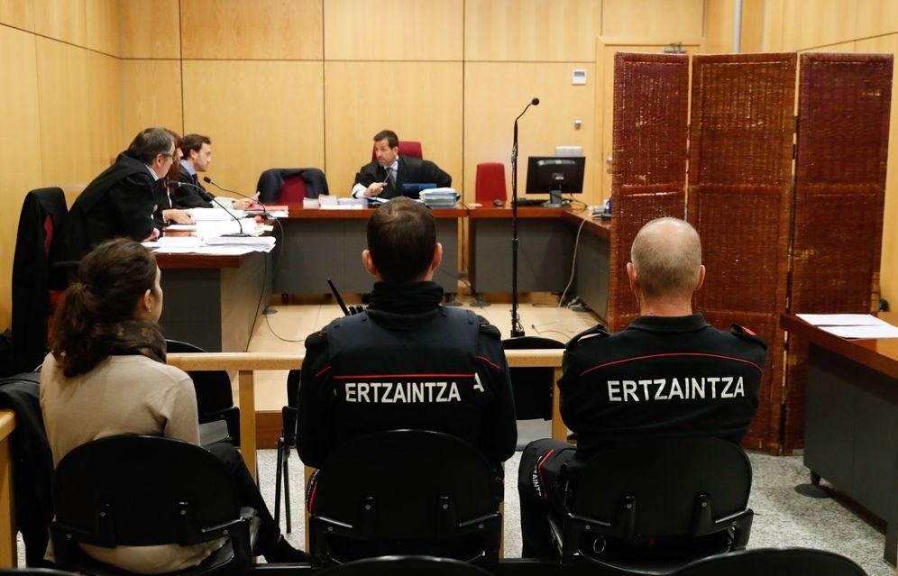 Foto: El acusado declara tras un biombo durante el juicio por los abusos a clientas. (EFE)