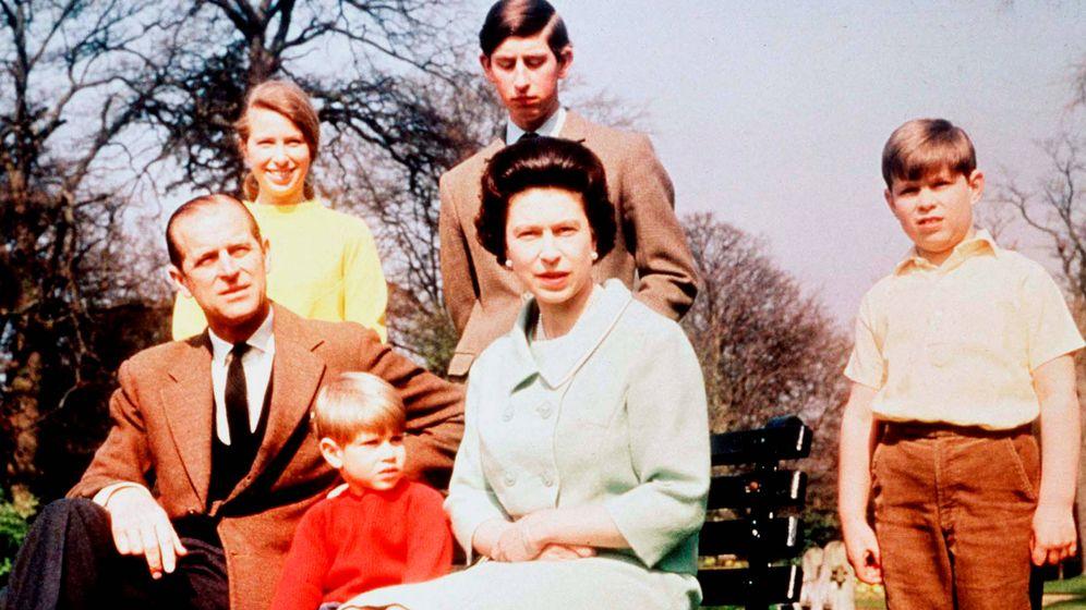 Foto: La reina Isabel, su marido y sus hijos. (Getty)