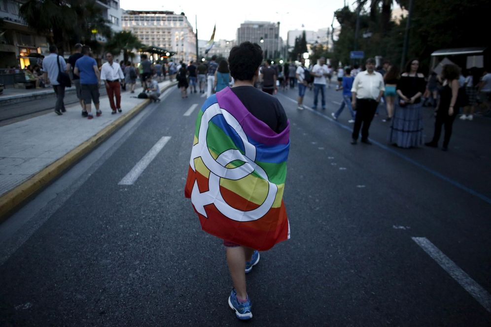 Foto: Un griego con la bandera gay durante un desfile por el centro de Atenas con motivo del Día del Orgullo Gay, en junio de 2015 (Reuters).
