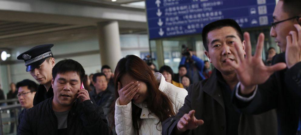 Foto: Familiares de los pasajeros esperan noticias del vuelo en el aeropuerto Beijing International, en Pekín (Reuters).
