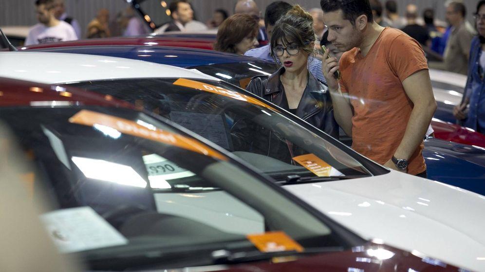 Foto: Varios clientes buscan vehículos de ocasión.
