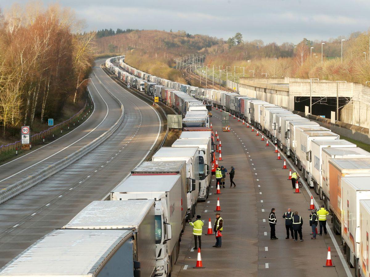 Foto: Camiones bloqueados en Dover. (Reuters)