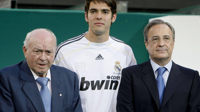 Kaká en su presentación del Real Madrid junto a Di Stéfano y Florentino. (Efe)