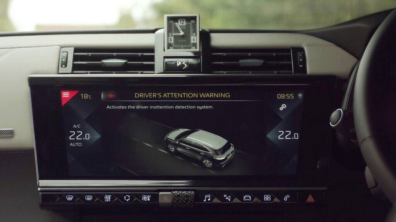 Por su parte, DS recurre a una cámara infrarroja que puede actuar también de noche o cuando el conductor lleva gafas de sol.
