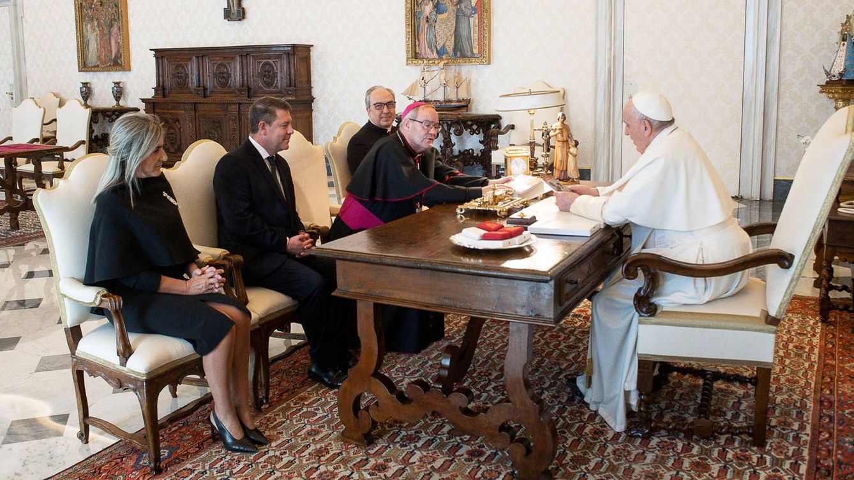 Audiencia sin mascarilla: el Papa recibe a García-Page en el Vaticano sin protección