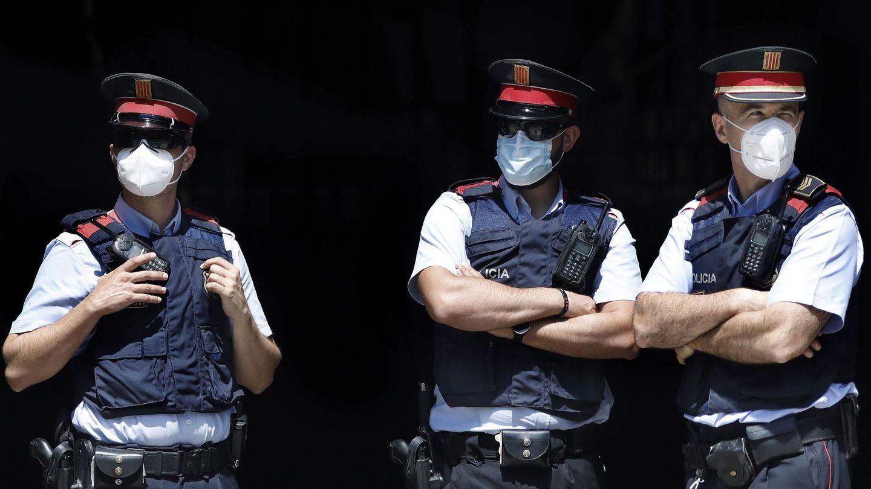 Tres agentes de los Mossos d'Esquadra hacen guardia a la entrada del Palau de la Generalitat, en Barcelona. (EFE)