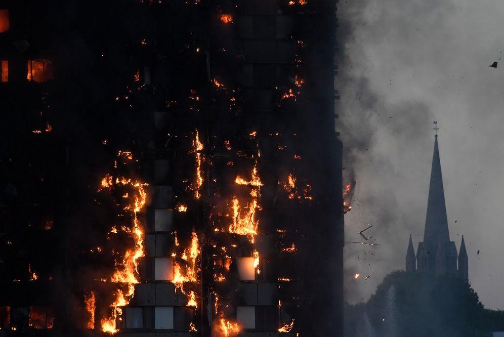 Foto: Imagen del incendio en la torre de 27 plantas. (Reuters)