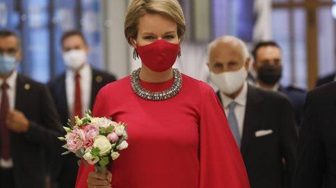 Matilde de Bélgica y su total look fucsia con vestido capa y mascarilla a juego