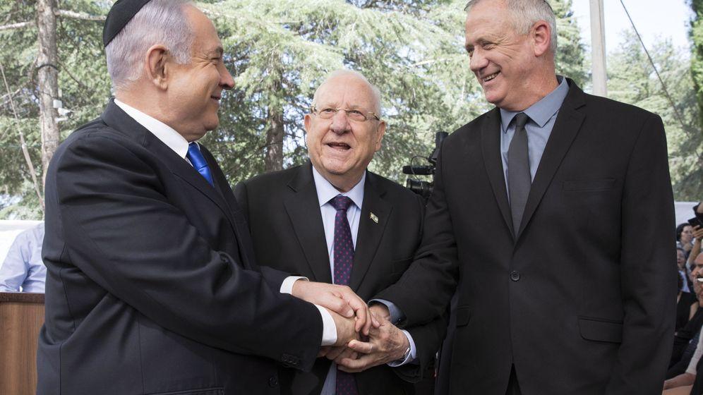 Foto: Netanyahu y Benny Gantz este domingo. (EFE)