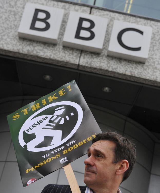 Foto: Mason es célebre por su activismo público, como en este piquete informativo frente a la BBC. (Reuters/Toby Melville)