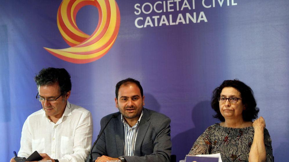 Foto: El presidente de Societat Civil Catalana (SCC), Fernando Sánchez Costa (c) acompañado del vicepresidente primero de la entidad, Álex Ramos (i) y de la vocal Ángela Herrero (d). (EFE)