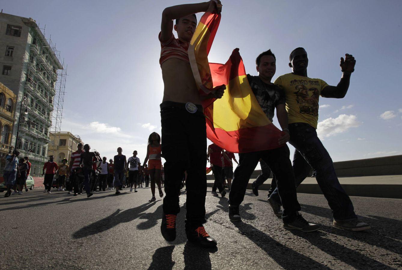 Foto: Aficionados cubanos celebran en La Habana la victoria de España en la final de la Copa del Mundo de 2010 (Reuters).