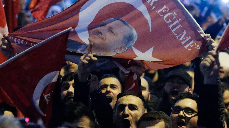 Manifestantes protestan ante el consulado turco en Róterdam, Países Bajos, en marzo de 2017. (Reuters)