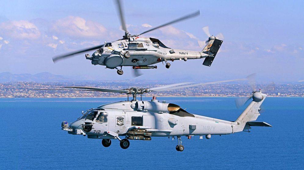 Foto: Helicópteros de la US Navy MH-60R en configuración antisubmarino (arriba) y ataque (abajo) que presumiblemente podría adquirir Grecia. (US Navy)