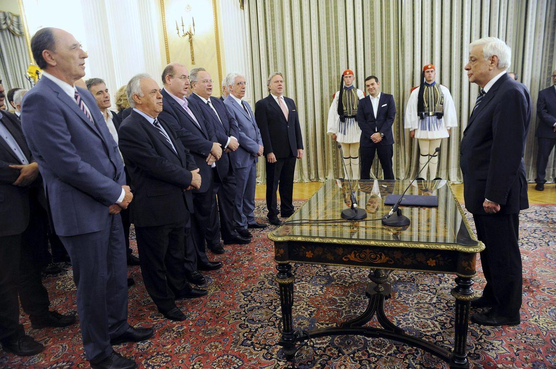Foto: Alexis Tsipras (al fondo) observa a los miembros de su nuevo gabinete ante el presidente de Grecia, Prokopis Pavlopoulos, en el palacio presidencial, en Atenas (Reuters).