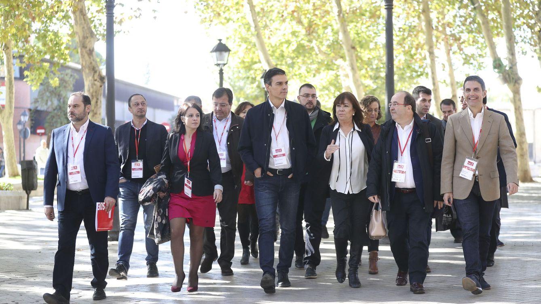 Foto: Sánchez e Iceta se dirigen, con la ejecutiva del PSOE y varios barones, al comité federal tras la reunión del consejo político, este 11 de noviembre en Alcalá. (EFE)