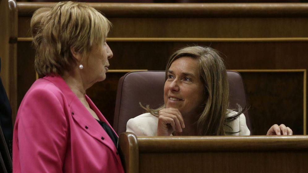 Foto: Ana Mato conversa con Celia Villalobos en el COngreso (Efe)