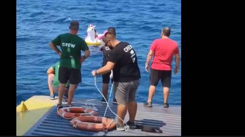 Un ferry rescata del mar a una niña que iba a la deriva en un flotador de unicornio