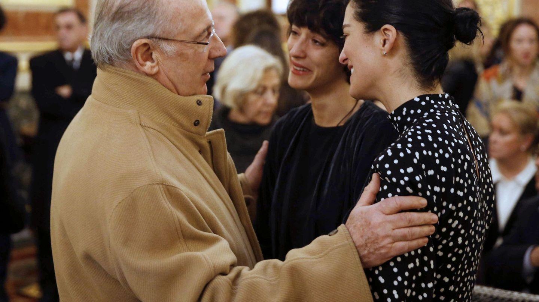 Rodrigo Rato conversa con Paloma y Alejandra, las hijas de Manuel Marín en la capilla ardiente. (EFE)