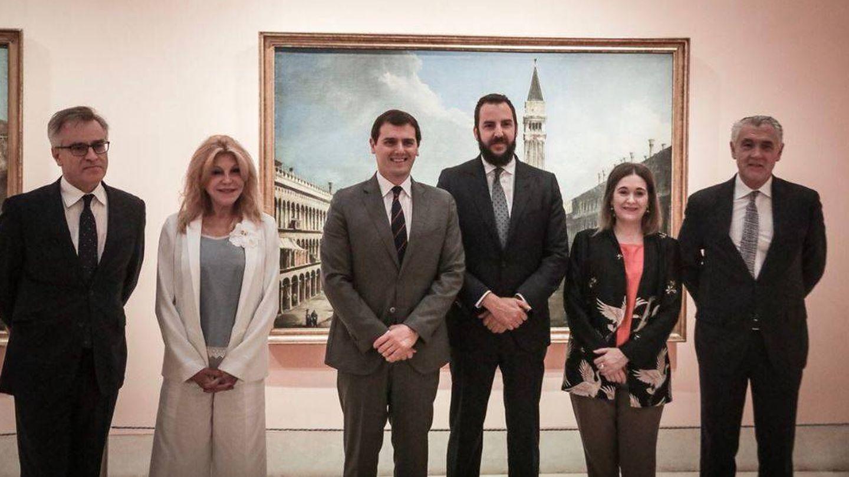 El líder de Ciudadanos, junto a la baronesa y su hijo. (Twitter)
