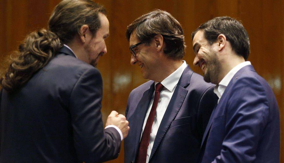 Foto: Alberto Garzón (d) y el nuevo vicepresidente de Derechos Sociales y Agenda 2030, Pablo Iglesias. (EFE)
