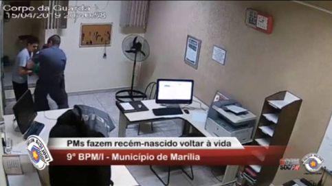 Dos policías de Sao Paulo salvan la vida de un bebé de 21 días que se estaba asfixiando