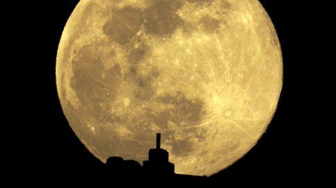 La superluna de gusano deja impresionantes imágenes durante esta pasada noche