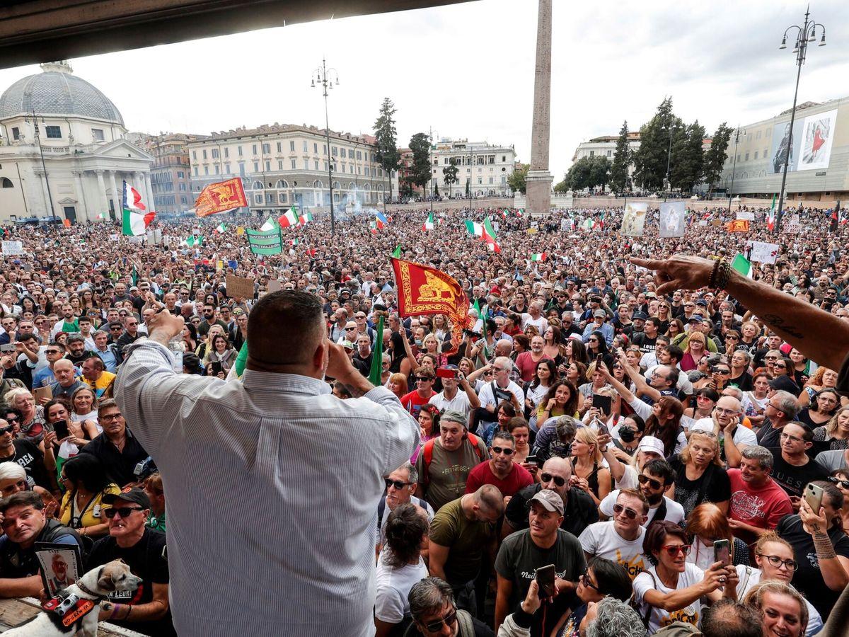 Foto: El líder del movimiento fascista AREA, Giuliano Castellino, durante una protesta contra el 'green pass'. (EFE)
