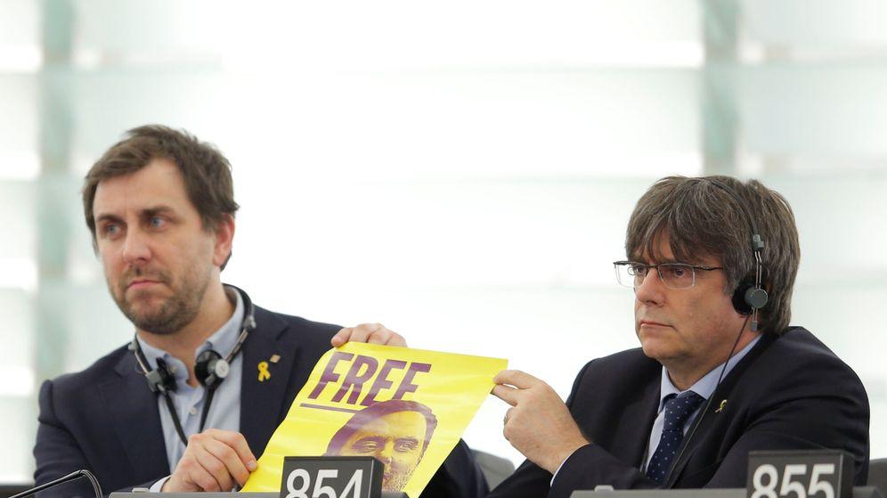Foto: Puigdemont y Comín, en el PE, con una imagen de Junqueras. (Reuters)