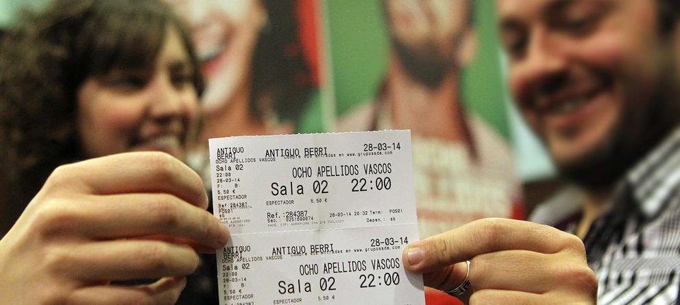 Foto: Espectadores de 'Ocho apellidos vascos' presumiendo de entrada (EFE)