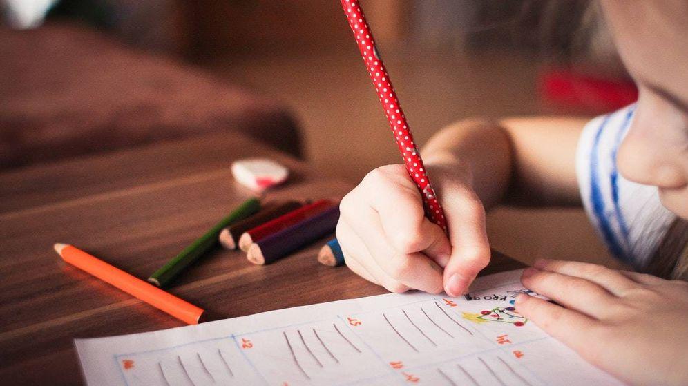 Foto: Una niña hace los deberes en el colegio. (Imagen: pexels)
