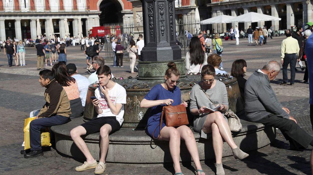 Foto: Turistas en la Plaza Mayor de Madrid (Efe)