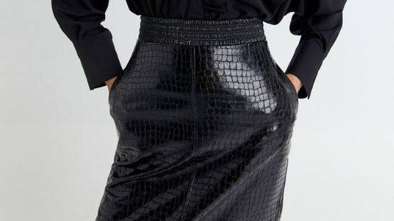 La falda efecto piel de cocodrilo de Sfera para tener un total black look perfecto aún puede ser tuya, ¡corre!