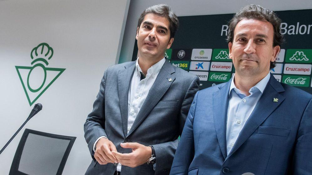 Foto: Ángel GHaro (i) y José Manuel López Catalán, presidente y vicepresidente del Betis. (EFE)