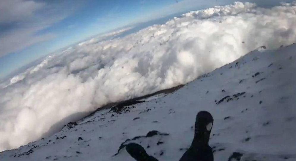 Foto: Momento en el que el joven, identificado como Tedzu, se desliza por el Monte Fuji. (CC/Youtube)