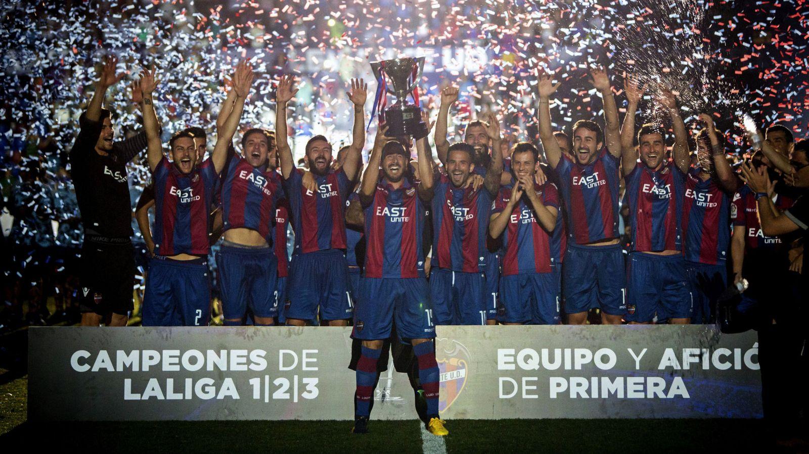Foto: Los jugadores del Levante UD celebran el ascenso a Primera División y el título de campeón de Segunda División. (EFE)