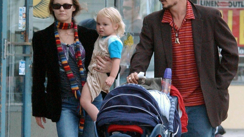 Con sus padres, Vanessa Paradis y Johnny Depp. (Gtres)