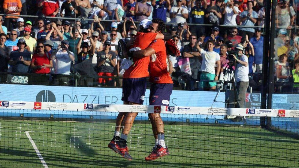 Foto: Fernando Belasteguín y Pablo Lima se abrazan tras ganar el Buenos Aires Padel Master. (World Padel Tour)