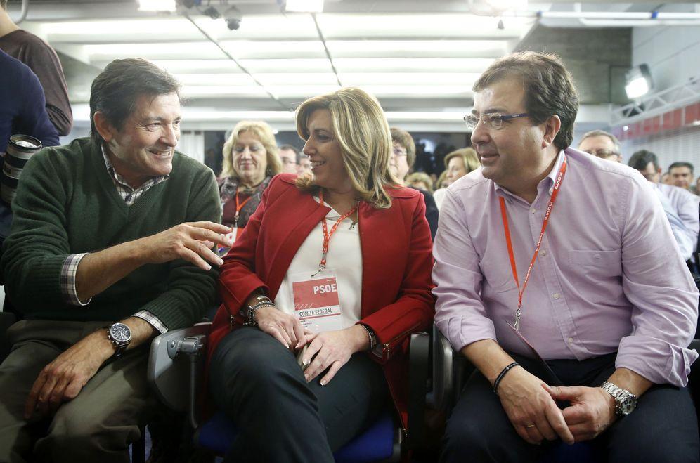 Foto: Javier Fernández conversa con Susana Díaz y Guillermo Fernández Vara, en el comité federal del PSOE del pasado 30 de enero. (EFE)