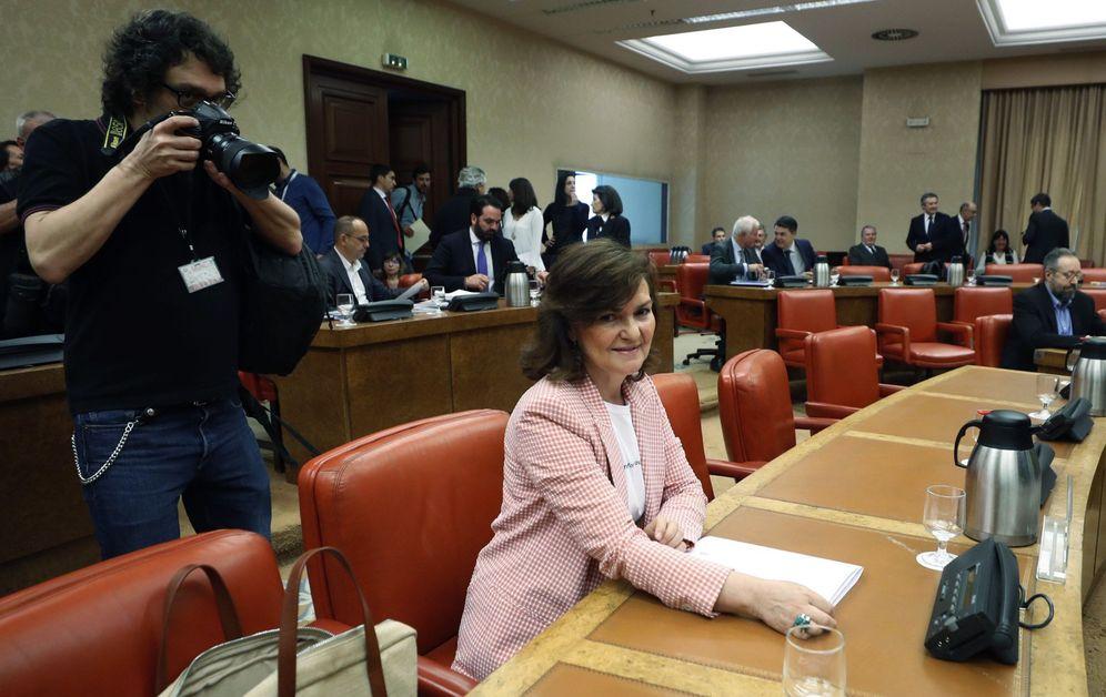 Foto: La vicepresidenta del Gobierno, Carmen Calvo, este 3 de abril en el comienzo de la reunión de la Diputación Permanente en el Congreso. (EFE)
