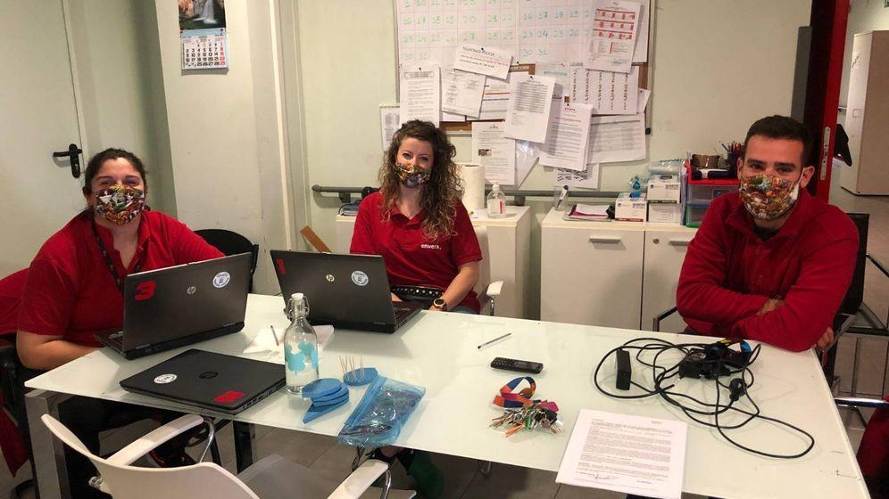 Foto: Tres de los técnicos de la residencia de Envera con las mascarillas de Katy