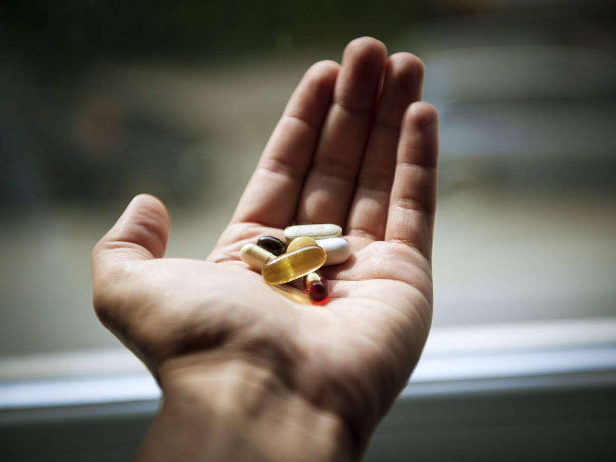 Foto: Una persona sostiene varios medicamentos. (iStock)