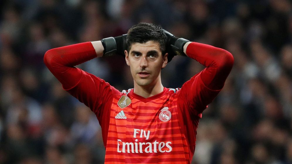 Foto: Courtois se lleva las manos a la cabeza en un partido del Real Madrid. (Efe)