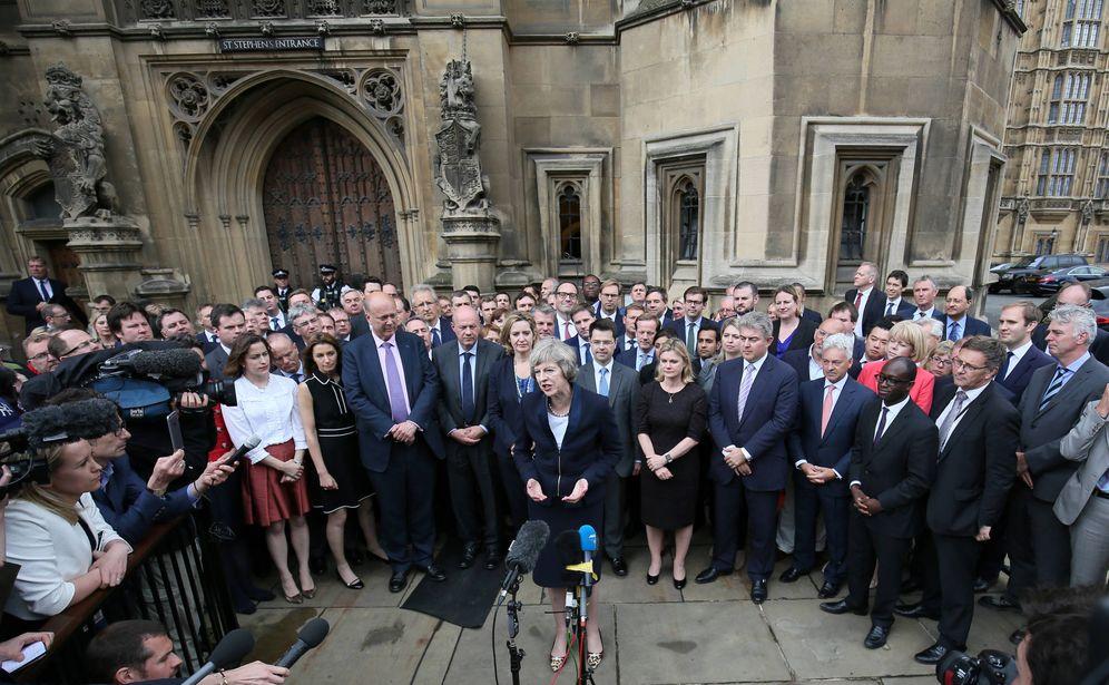 Foto: Theresa May habla a la prensa ante miembros del Partido Conservador británico, en Westminster, Londres. (Reuters)