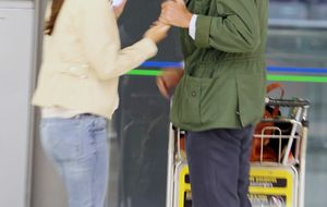 Foto: El beso que confirma el noviazgo de Tamara Falcó