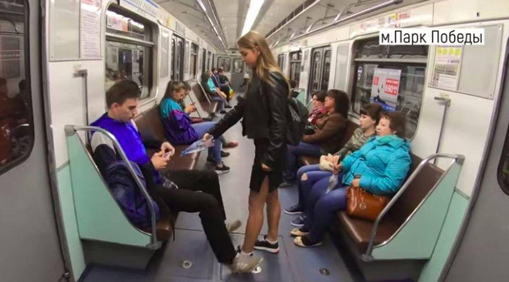 Foto: Feminista arrojando agua con lejía en metro de Moscú