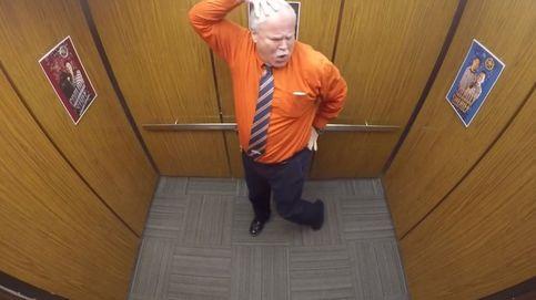 'Pillan' a un sheriff bailando en el ascensor para celebrar su jubilación