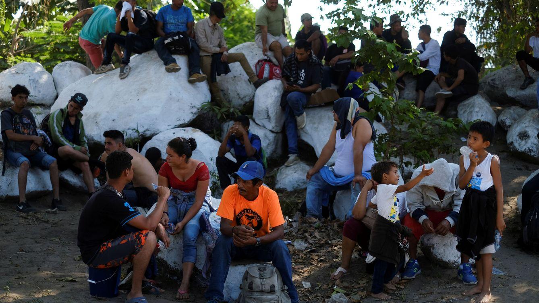 Cientos de migrantes llegan a México tras atravesar el río que lo separa de Guatemala