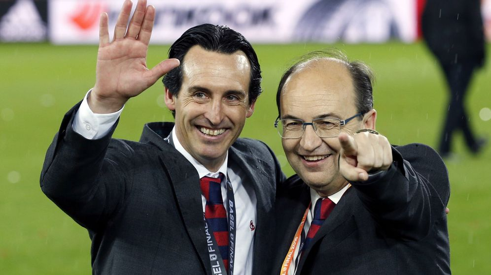 Foto: Emery posa junto al presidente del Sevilla, José Castro, tras ganar la Europa League en Basilea (Julio Muñoz/EFE)