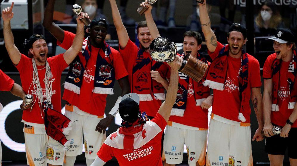 Foto: El Baskonia celebra la victoria ante el Barcelona en la final de la ACB (Efe)